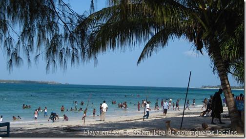 Playa en Dar es Salam llena de domingueros locales ¡Había my buen ambiente!